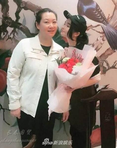 赵本山53岁妻子近照曝光 素颜出境直播