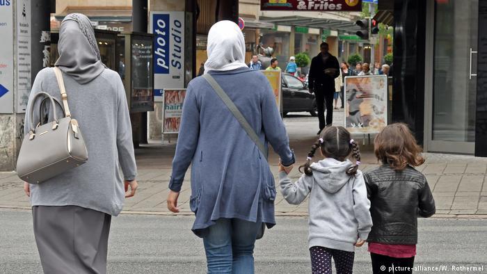 """三成德国人""""欢迎""""穆斯林 但别成一家人"""