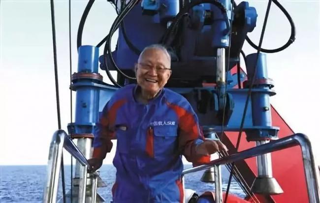 82岁院士潜入南海1400米  带回神奇发现