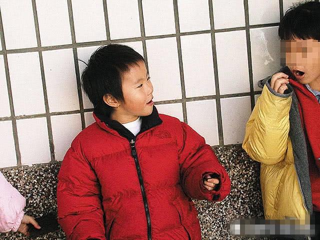 窦靖童童年照曝光 梳短发穿红棉袄很酷