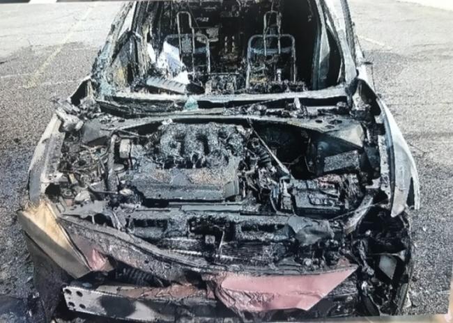 三星手机爆炸 大火毁车女子侥幸逃生