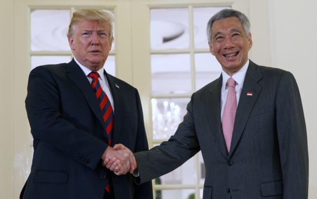 川普总统在美朝峰会前会晤新加坡总理李显龙