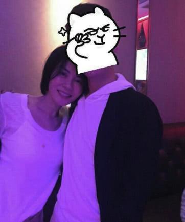 王菲胸前油渍太抢镜 甜笑依偎友人胸口