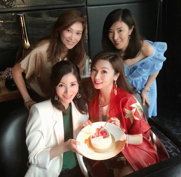 李嘉欣和闺蜜团庆48岁生日 却被姐姐抢镜