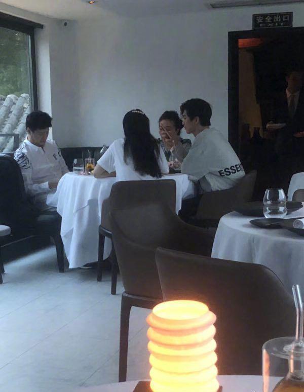 网友偶遇范冰冰范丞丞一家聚餐 打扮低调