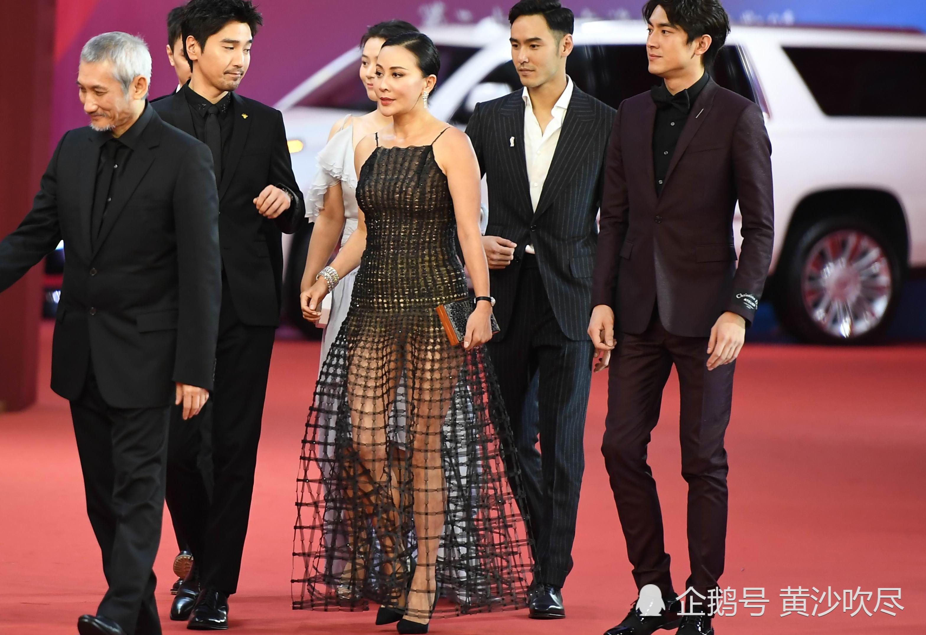 刘嘉玲这穿着走红毯 没第二个人敢穿