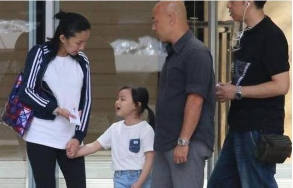 刘德华女儿穿着朴素 没李湘女儿穿的值钱