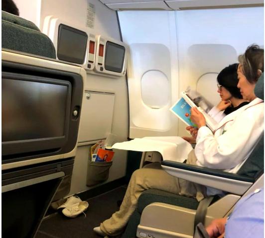49岁王菲上演飞机换装秀 纯素颜出镜