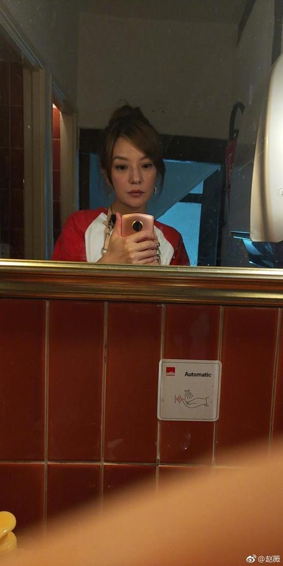 赵薇晒自拍比耶 粉丝:趁着瘦拍个电影吧