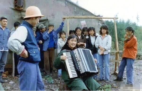 刘晓庆晒33年前演出旧照 满脸胶原蛋白