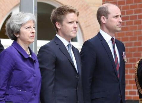 """尴尬!英国首相见威廉王子行""""屈膝大礼"""""""