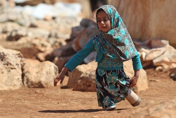 心酸!叙利亚无腿女童用鱼罐头当义肢