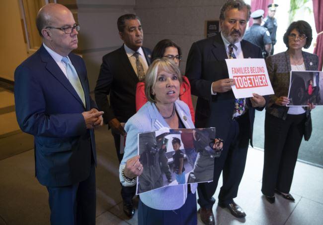 一些美国民主党议员抗议川普的移民政策(2018年6月19日)
