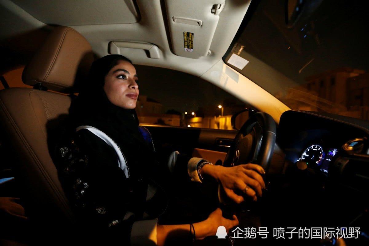 历史性时刻:沙特首批女司机上路狂欢