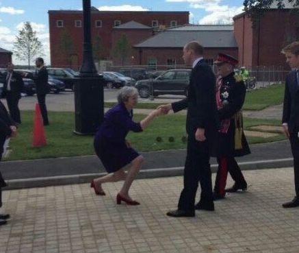 梅姨见威廉王子行屈膝大礼 跟奴相没关系