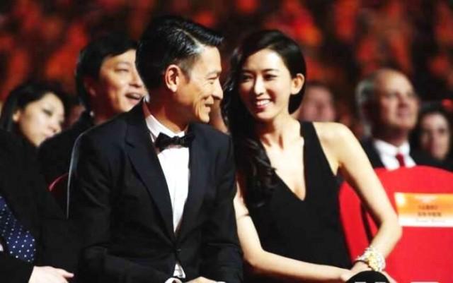 刘德华搂着林志玲出席活动 手却尴尬了