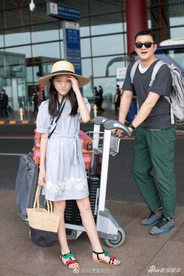 李嫣和黄多多姐妹启程巴黎时装周走秀