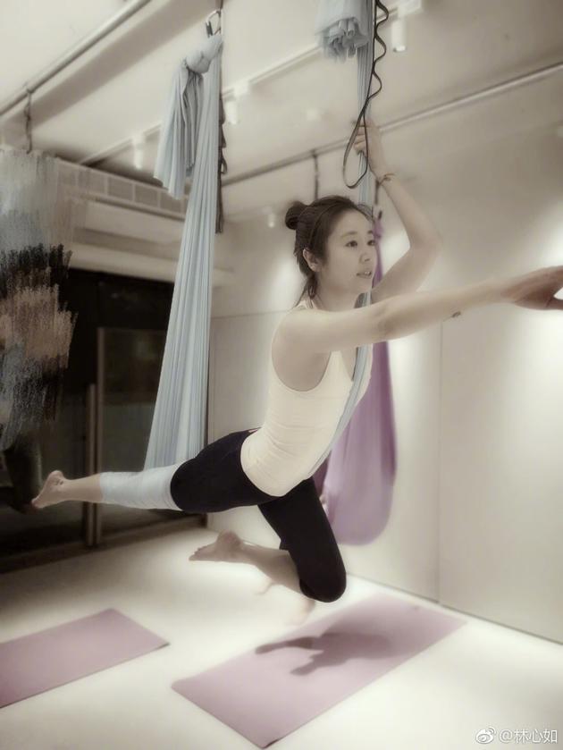 林心如练高难瑜伽 满屏都是少女风