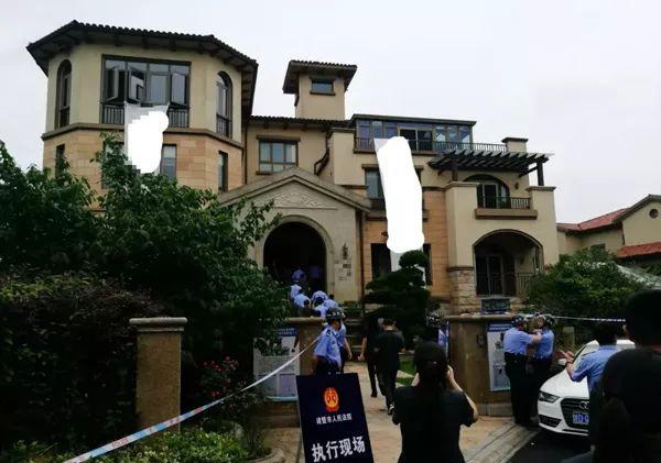 老赖770平豪宅被强制腾房:两百箱奢侈品