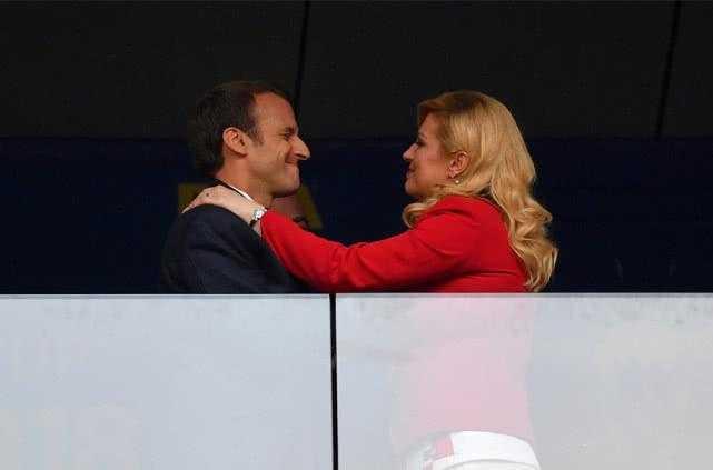 马克龙用力亲吻克罗地亚美女总统