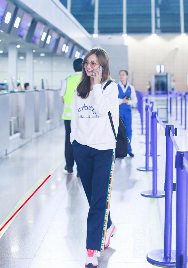 赵薇机场照被指出事故 水平线被拉歪