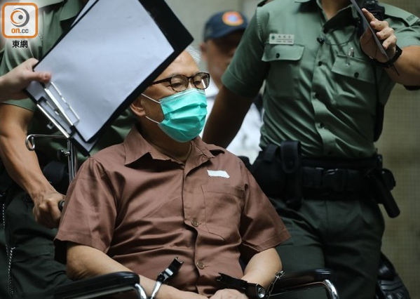 前香港特首曾荫权 戴手铐坐轮椅进监狱