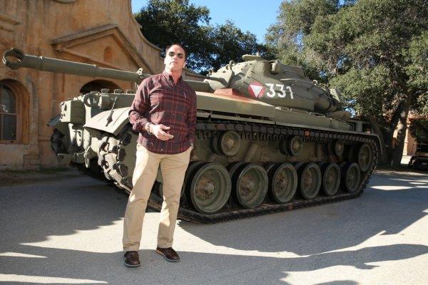 阿诺史瓦辛格驾驶私人坦克 展示其威力