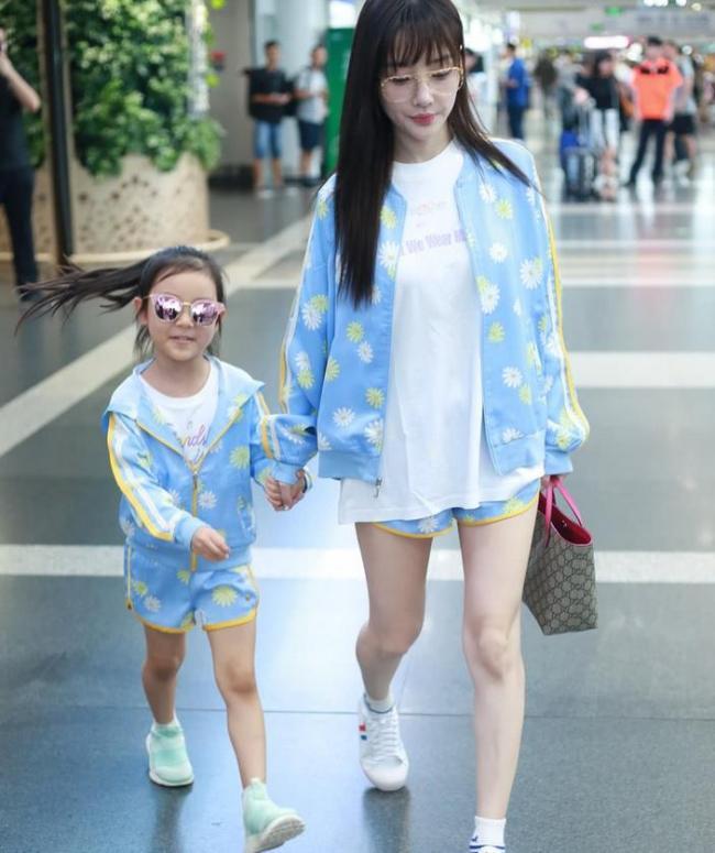 李小璐带甜馨穿亲子装,秀大长腿似少女