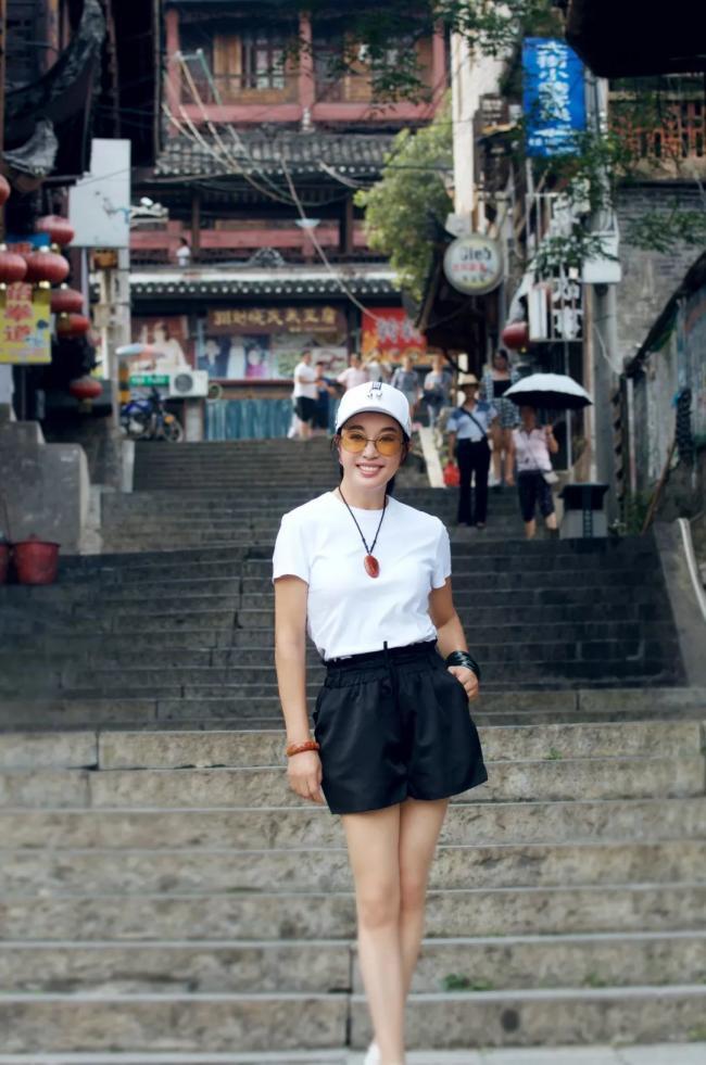 64岁刘晓庆近照 穿着清凉容颜似少女