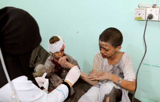 也门萨达省遭到一次空袭后,医生在治疗受伤的孩子。(2018年8月9日)