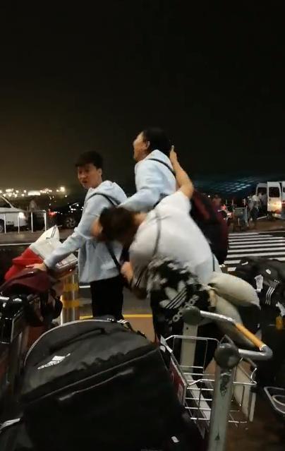 女排2大女神在机场互相撕扯头发