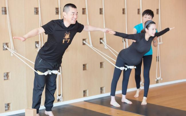 蒋勤勤晒孕期与老公练瑜伽照 动作标准