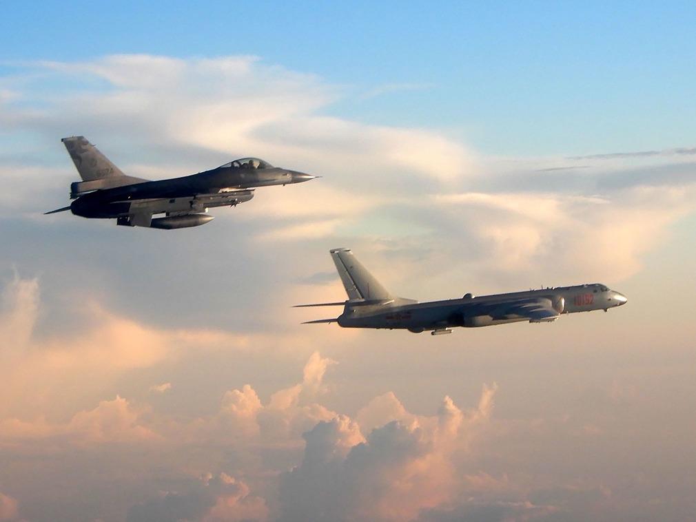 中国空军南海大动作 歼击轰炸机实弹射击