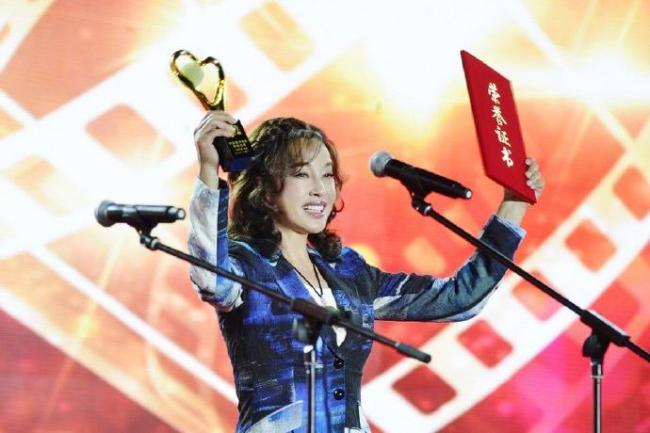 刘晓庆现身颁奖礼 最吸睛的却是她的脸