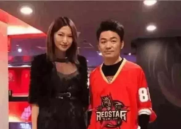 王宝强与女友逛街被偶遇 眼光真不一样