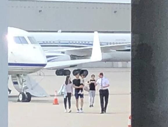 刘强东抱儿子带奶茶妹妹 走下私人飞机