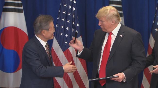 川普签字笔送文在寅 掀起韩国舆论大战