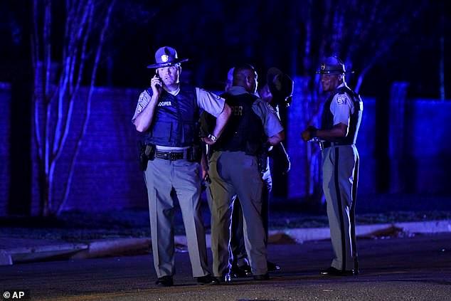 美男子挟童向警开枪 7警员中弹一人殉职