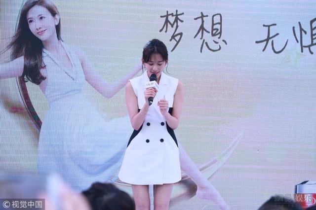 林志玲穿西装裙秀美腿 少女感爆棚