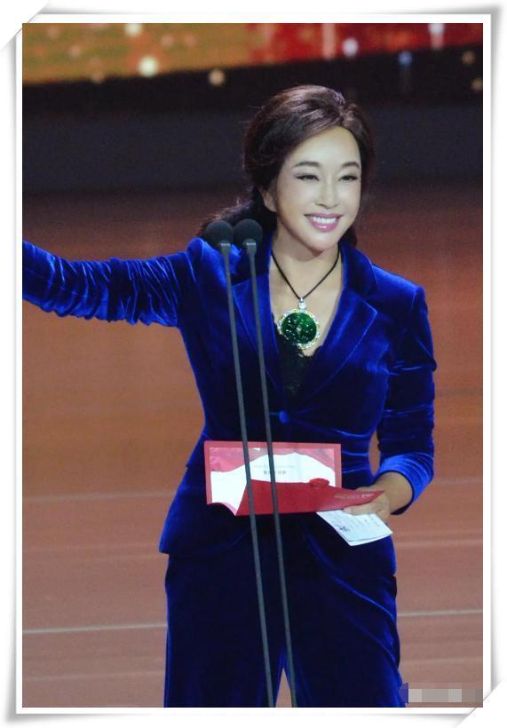刘晓庆终于不扮嫩 丝绒西装美得好高级