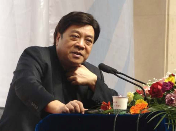 76岁的赵忠祥又获大奖 戴假发现身领奖