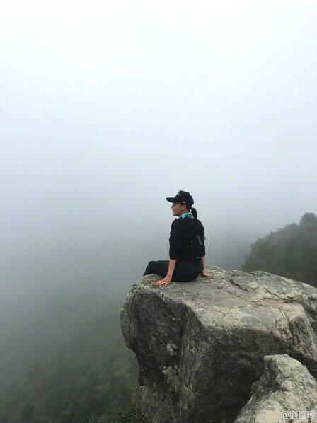 刘嘉玲晒登山照 大胆坐在悬崖边留影