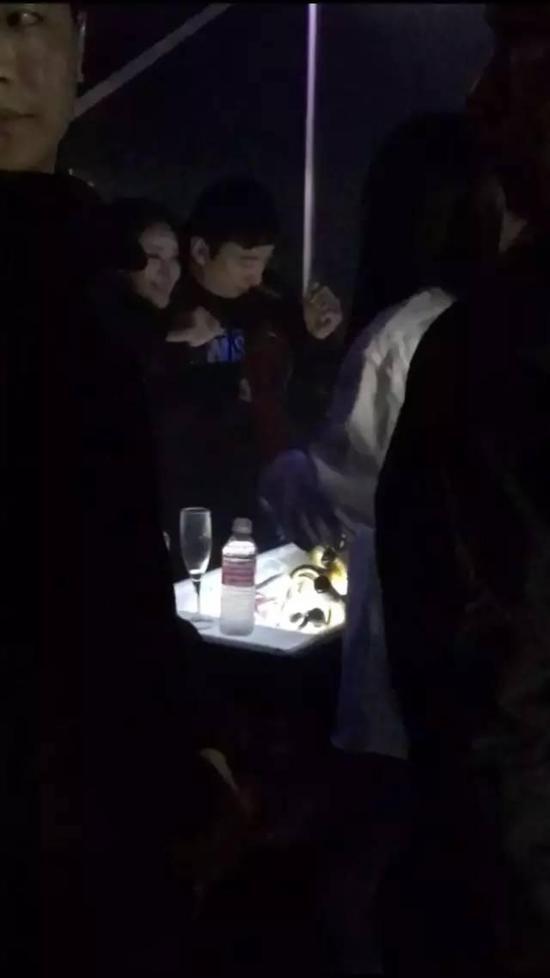 王思聪带美女到酒吧  中国客人全部免单