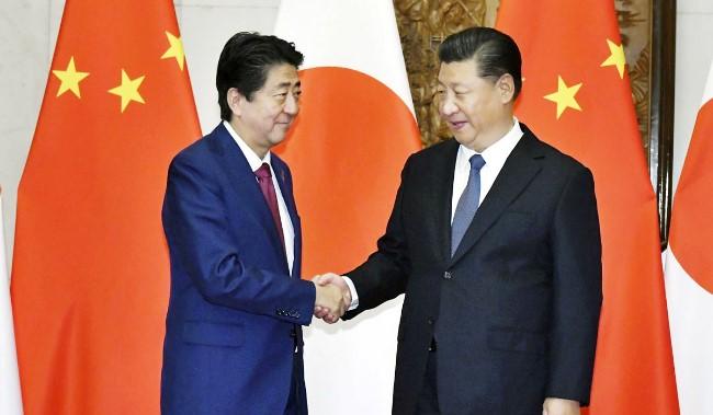 2018年10月26日安倍访华与习握手.jpg