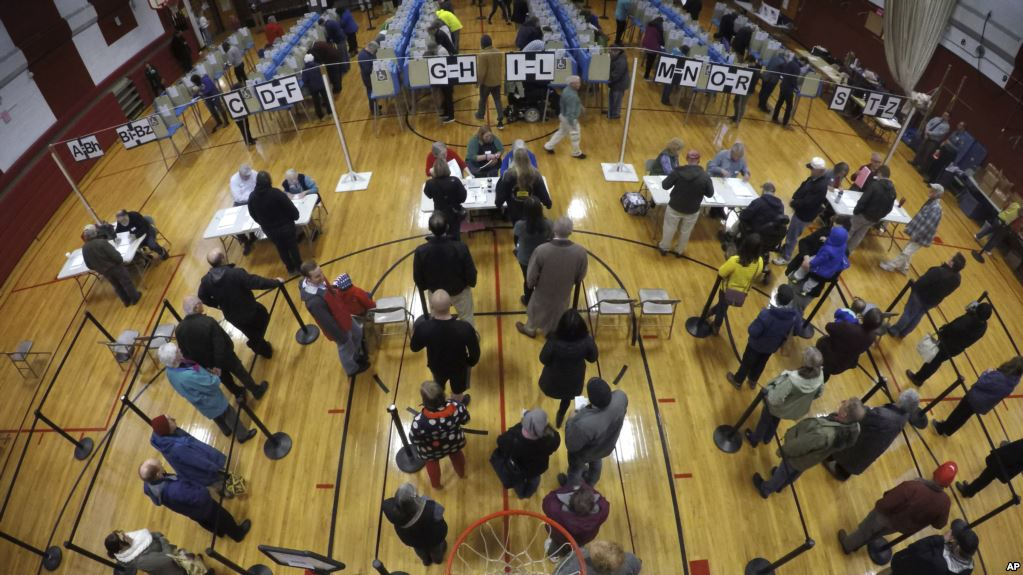 在缅因州的布伦瑞克,选民在布伦瑞克高中的体育馆排队等候投票,参加中期选举(2018年11月6日)