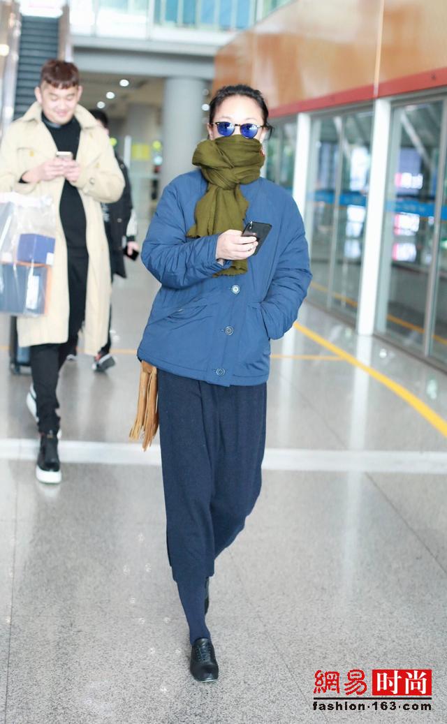 周迅机场街拍 棉袄+围巾朴素难掩气质