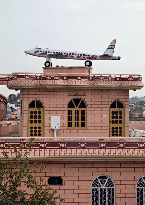 为什么印度的这个村子家家屋顶上都有飞机?