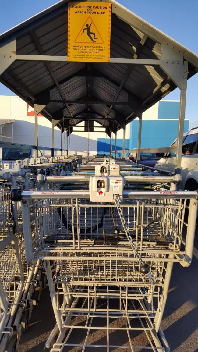 超市停车场一幕:这是流浪汉的再就业吗?