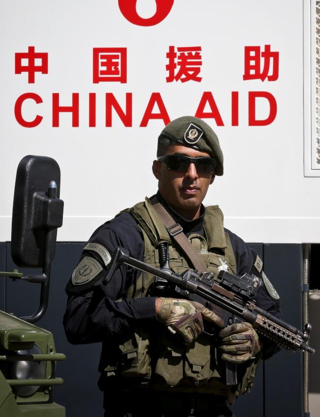 G20阿根廷峰会即将展开,但这次峰会公报草案未见提反对保护主义,美中仍在幕后较劲。 图为阿根廷警方手持中国捐赠、价值1730万美元的维安装备,做为G20维安使用。 (欧新社)
