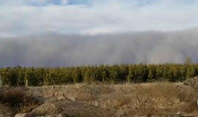 沙尘暴袭甘肃现巨型沙墙 多地空气质量指数爆表
